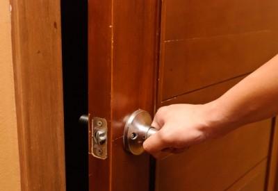 скриплять двері