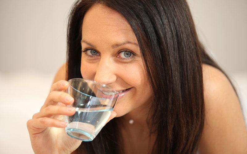 пити воду